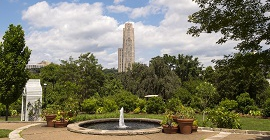 Cathedral of Learning with fountain in the foreground